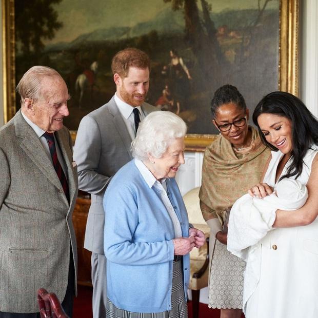 Cuộc đời Nữ hoàng Elizabeth II qua ảnh: Vị nữ vương ngồi trên ngai vàng lâu nhất trong lịch sử các vương triều của nước Anh - Ảnh 28.