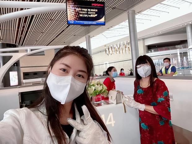 Bà xã Đăng Khôi bật khóc nức nở về Việt Nam sau 2 tháng mắc kẹt tại Singapore - Ảnh 2.