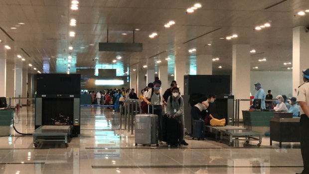 Sân bay Cần Thơ đón 215 công dân từ Singapore về nước - Ảnh 1.