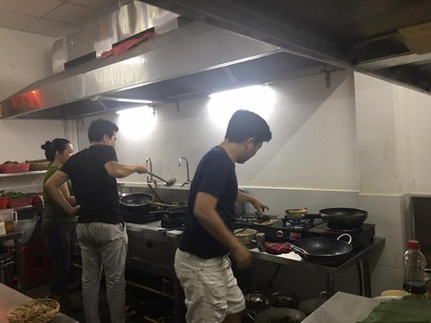 Quán cơm mở cửa lại nhưng không có nhân viên: Trường Giang đích thân đứng bếp, Nhã Phương rửa chén kiêm nhặt rau - Ảnh 3.