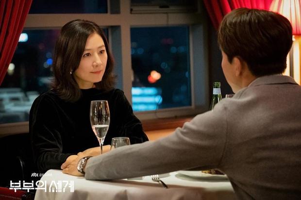 2 bà cả Jang Nara và Kim Hee Ae đều thích diện đồ đen khi hẹn hò, ngoài vẻ sang chảnh thì còn chứa đựng ẩn ý nào khác? - Ảnh 1.