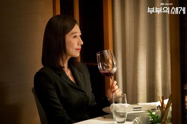 2 bà cả Jang Nara và Kim Hee Ae đều thích diện đồ đen khi hẹn hò, ngoài vẻ sang chảnh thì còn chứa đựng ẩn ý nào khác? - Ảnh 2.