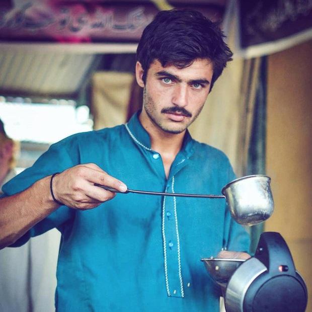 Vô tình lọt vào ống kính người lạ 4 năm trước, anh chàng đẹp trai bán trà không ngờ số phận của mình sẽ thay đổi hoàn toàn - Ảnh 1.