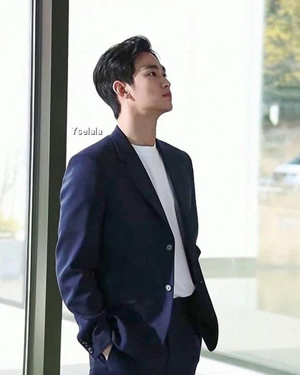 Cụ giáo Kim Soo Hyun vừa trở lại đã cạnh tranh sức hút với Quân vương Lee Min Ho chỉ bằng khoảnh khắc này - Ảnh 2.