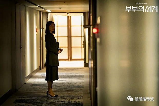 2 bà cả Jang Nara và Kim Hee Ae đều thích diện đồ đen khi hẹn hò, ngoài vẻ sang chảnh thì còn chứa đựng ẩn ý nào khác? - Ảnh 3.
