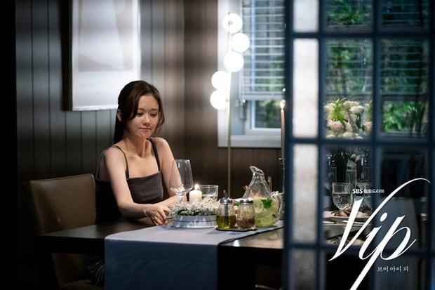 2 bà cả Jang Nara và Kim Hee Ae đều thích diện đồ đen khi hẹn hò, ngoài vẻ sang chảnh thì còn chứa đựng ẩn ý nào khác? - Ảnh 5.