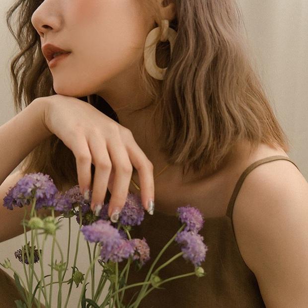12 cách tạo dáng với hoa cho bạn những tấm hình tây tây và sang xịn hết cỡ, không nhận like tới tấp hơi phí - Ảnh 5.