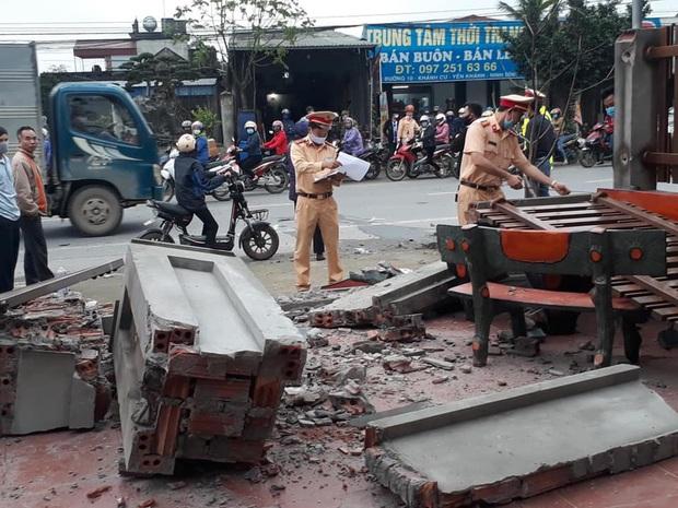 Clip: Ô tô lao thẳng vào nhà dân rồi bốc cháy ngùn ngụt sau va chạm với xe tải khiến nhiều người sợ hãi - Ảnh 4.