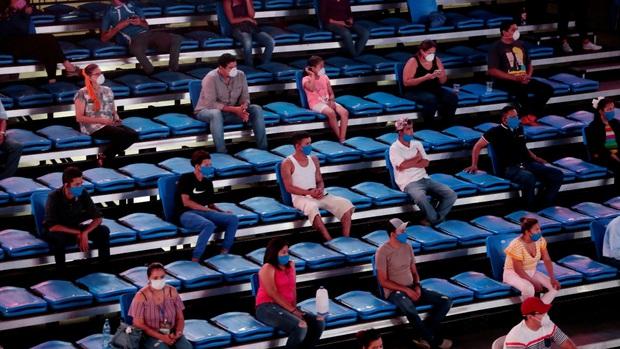 Hy hữu như trong sự kiện thể thao hiếm hoi giữa mùa dịch Covid-19: Khán giả buộc ngồi xa cả mét, võ sĩ thì bị xịt khử trùng còn Ring Girls hết cửa mặc đồ hở hang - Ảnh 7.