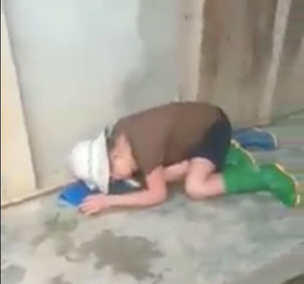 Yên Bái: Phẫn nộ nghịch tử dùng ghế đánh mẹ già hơn 60 tuổi bất tỉnh, một người con trai khác đứng quay clip hùa theo - Ảnh 2.