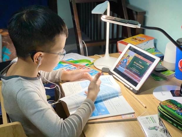 Một bộ phận học sinh lớp 1 ở TP.HCM khó đọc thông, viết thạo vào cuối năm học  - Ảnh 1.