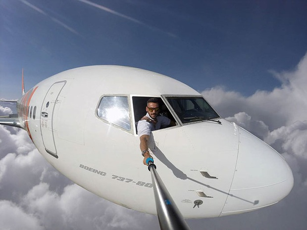 Đăng loạt ảnh selfie trên không trung gây xôn xao MXH, nam phi công lên tiếng giải thích nhưng vẫn không ngăn được bộ phận dân mạng tin sái cổ - Ảnh 1.