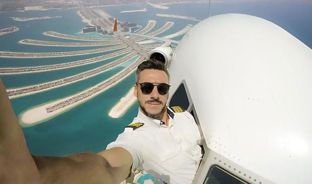 Đăng loạt ảnh selfie trên không trung gây xôn xao MXH, nam phi công lên tiếng giải thích nhưng vẫn không ngăn được bộ phận dân mạng tin sái cổ - Ảnh 2.