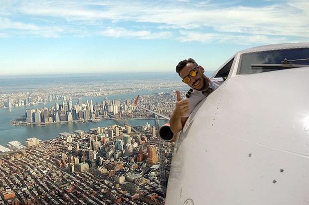 Đăng loạt ảnh selfie trên không trung gây xôn xao MXH, nam phi công lên tiếng giải thích nhưng vẫn không ngăn được bộ phận dân mạng tin sái cổ - Ảnh 3.