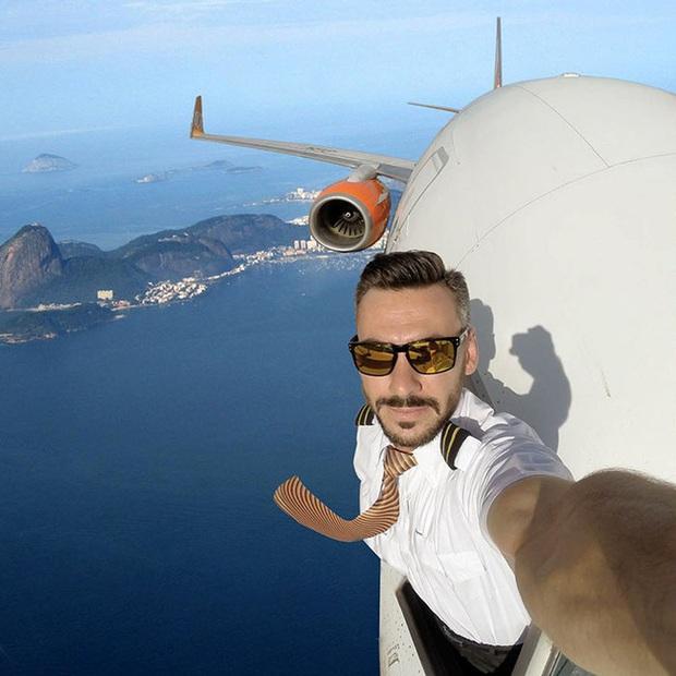 Đăng loạt ảnh selfie trên không trung gây xôn xao MXH, nam phi công lên tiếng giải thích nhưng vẫn không ngăn được bộ phận dân mạng tin sái cổ - Ảnh 4.