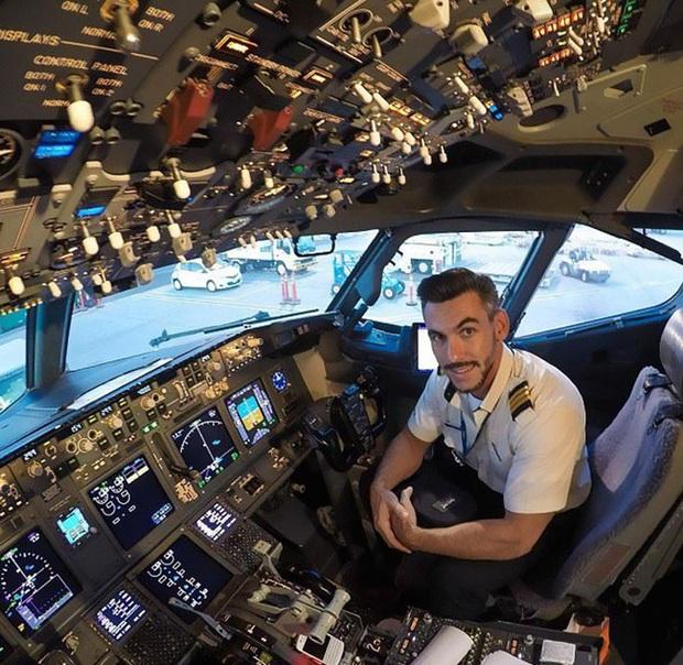 Đăng loạt ảnh selfie trên không trung gây xôn xao MXH, nam phi công lên tiếng giải thích nhưng vẫn không ngăn được bộ phận dân mạng tin sái cổ - Ảnh 6.