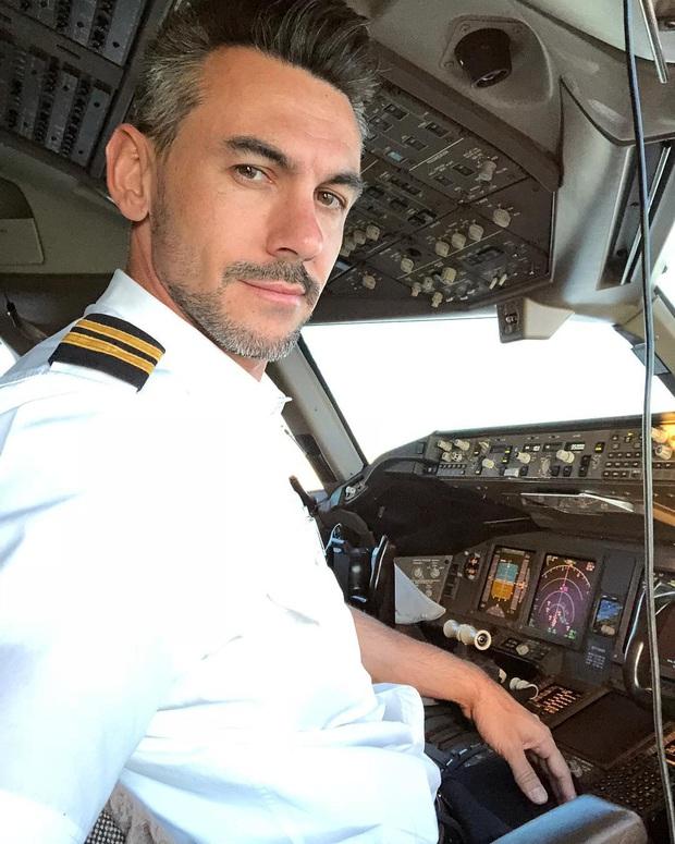Đăng loạt ảnh selfie trên không trung gây xôn xao MXH, nam phi công lên tiếng giải thích nhưng vẫn không ngăn được bộ phận dân mạng tin sái cổ - Ảnh 7.
