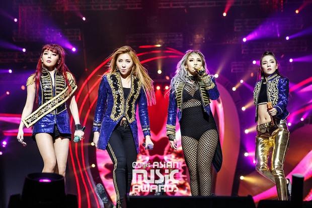 5 khoảnh khắc lịch sử của Kpop: SNSD cùng biển đen đáng quên, sân khấu cuối cùng của 2NE1 nhưng sốc nhất là màn khóa môi bỏng mắt của Trouble Maker - Ảnh 4.