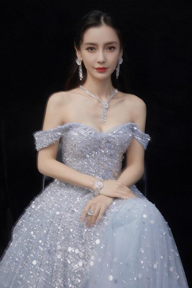 Angela Baby cứ diện váy áo lộng lẫy là đẹp như tiên tử nhưng lại toàn bị cam thường tố cáo thân hình còm nhom đáng lo ngại  - Ảnh 1.