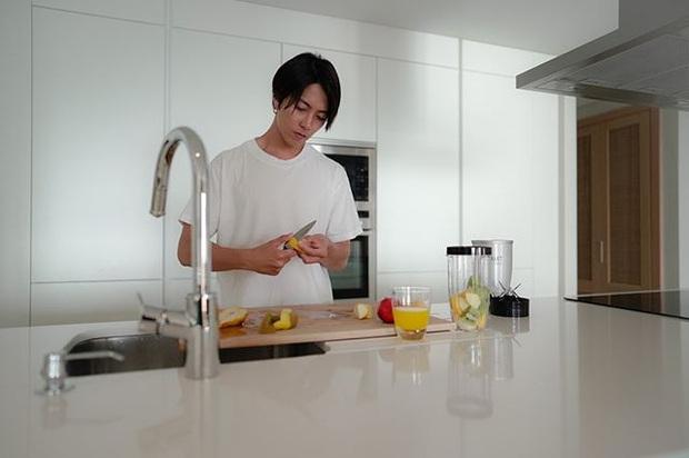 5 phút vào bếp cùng nam thần người Nhật pha chế nước detox vừa đẹp da vừa đốt cháy mỡ thừa - Ảnh 4.