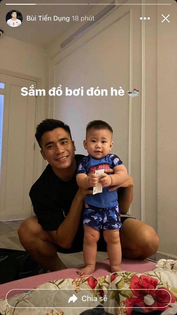 Tuyển thủ Việt Nam nằm kể chuyện cho con trai, con nhà Tiến Dụng được bố mẹ đầu tư cho set đồ mùa hè cực đáng yêu - Ảnh 3.