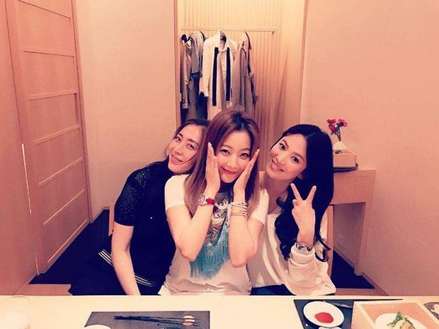 Hội bạn thân quyền lực chỉ toàn mỹ nhân của Song Hye Kyo: Ai cũng hôn nhân viên mãn, ông xã toàn là người máu mặt, chỉ riêng nàng em út mang danh bị chồng bỏ - Ảnh 2.