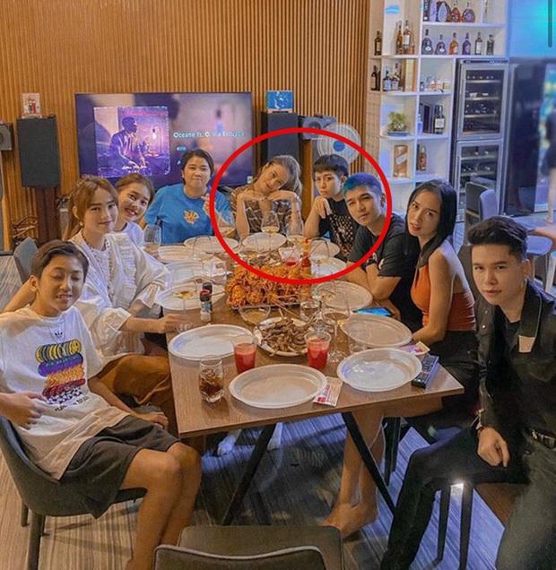Soi loạt chi tiết chứng minh dáng ai quen quen trong tiệc nhà Hoàng Thùy Linh là Gil Lê, còn ngồi cạnh nhau thân mật - Ảnh 7.