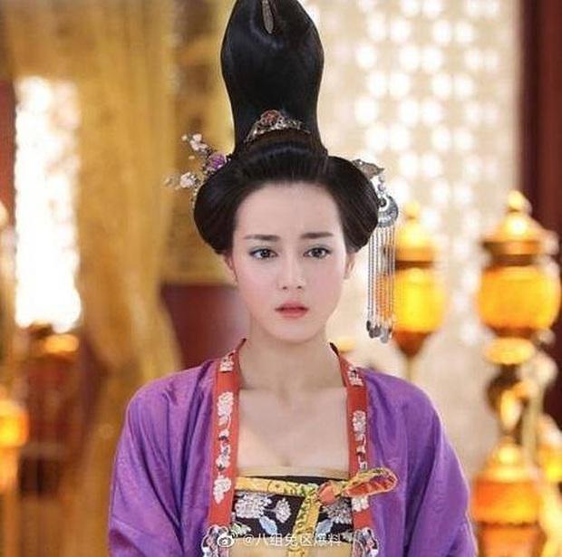 Khóc thét với loạt tạo hình kì lạ của mỹ nhân phim cổ trang Hoa ngữ: Đầu dưa lưới Châu Tấn chưa hú hồn bằng tóc rễ cây Dương Mịch - Ảnh 2.