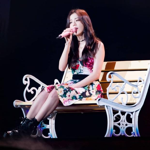 Diện cùng mẫu váy, vì ngại hở nên Jisoo chỉ dừng ở mức xinh tươi, mỹ nhân Red Velvet lại gây choáng với vòng 1 khủng bất ngờ - Ảnh 2.