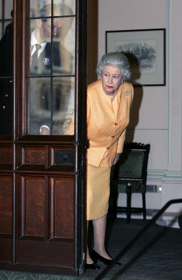 Bí mật váy áo của Nữ hoàng Anh suốt 100 năm vừa mới được tiết lộ: Không phải các nguyên tắc mà ở chi tiết nhỏ xíu 1 bên vai - Ảnh 1.