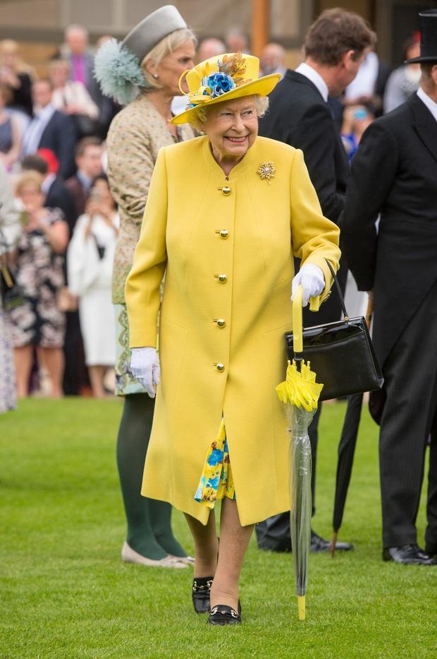 Bí mật váy áo của Nữ hoàng Anh suốt 100 năm vừa mới được tiết lộ: Không phải các nguyên tắc mà ở chi tiết nhỏ xíu 1 bên vai - Ảnh 2.