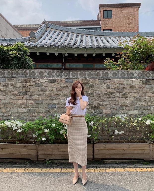 10 cách diện chân váy + áo trắng giúp nàng công sở xinh tươi trendy nguyên hè - Ảnh 1.