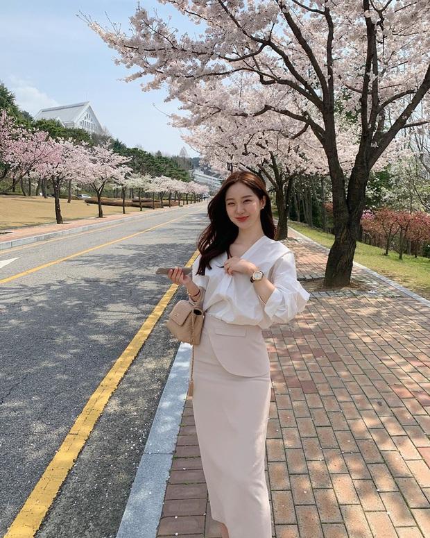 10 cách diện chân váy + áo trắng giúp nàng công sở xinh tươi trendy nguyên hè - Ảnh 2.