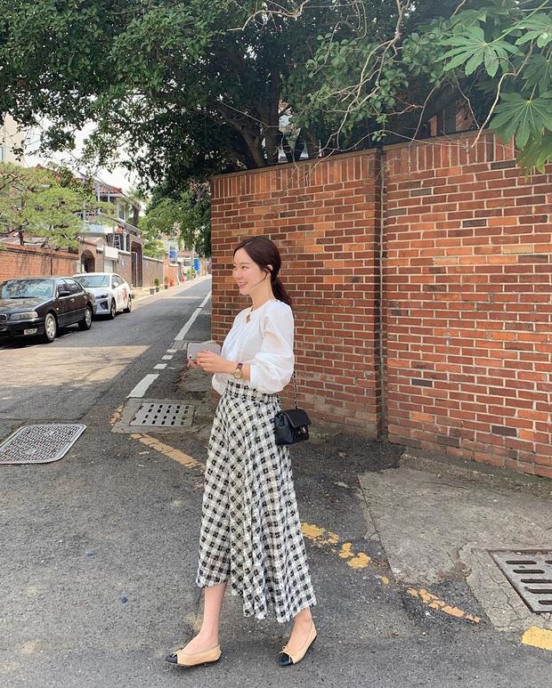 10 cách diện chân váy + áo trắng giúp nàng công sở xinh tươi trendy nguyên hè - Ảnh 3.
