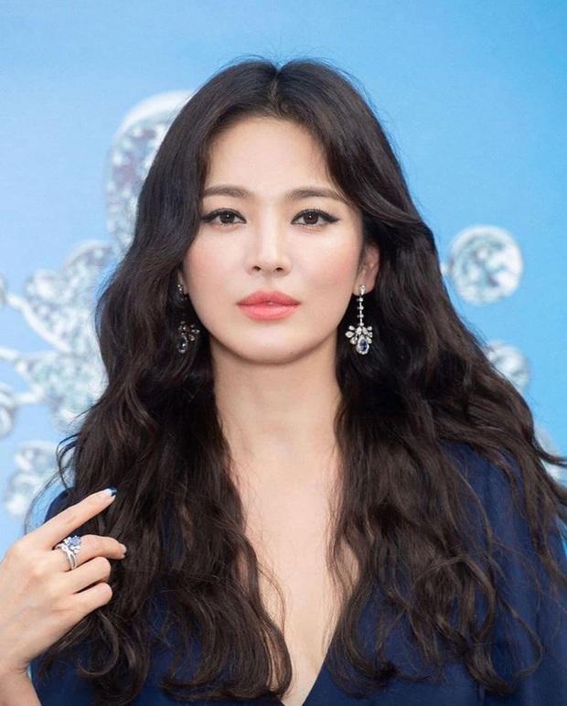 Nhan sắc của Song Hye Kyo chưa bao giờ toang đến thế, makeup đậm như sắp đi đóng phim kinh dị đến nơi - Ảnh 4.