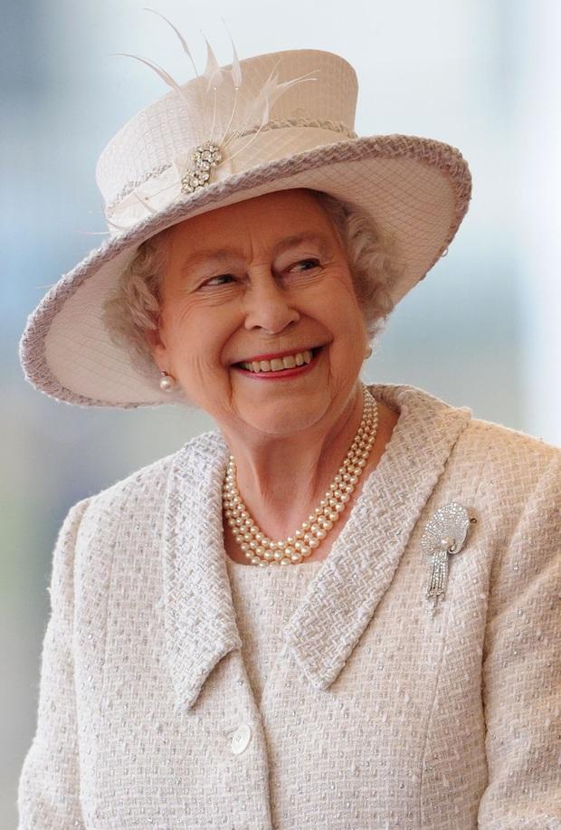 Bí mật váy áo của Nữ hoàng Anh suốt 100 năm vừa mới được tiết lộ: Không phải các nguyên tắc mà ở chi tiết nhỏ xíu 1 bên vai - Ảnh 5.