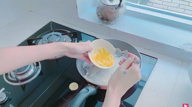 Thuỷ Tiên tự trổ tài làm bánh chuối kiểu Thái cho Công Vinh và bé Bánh Gạo: cũng định quăng bột bánh cho điệu nghệ như ngoài hàng nhưng bó tay - Ảnh 8.