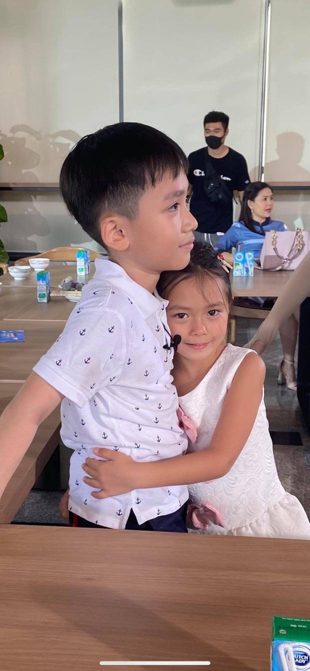 Bé Sol nhà Đoan Trang & bé Andy nhà Thu Trang gây sốt với loạt hình ảnh tình củm hết nấc! - Ảnh 1.