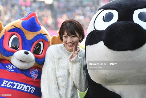Ngẩn ngơ trước nhan sắc của nữ giám đốc J.League: Nụ cười dễ thương cùng thân hình nóng bỏng khiến người yêu bóng đá Nhật Bản phát cuồng - Ảnh 2.