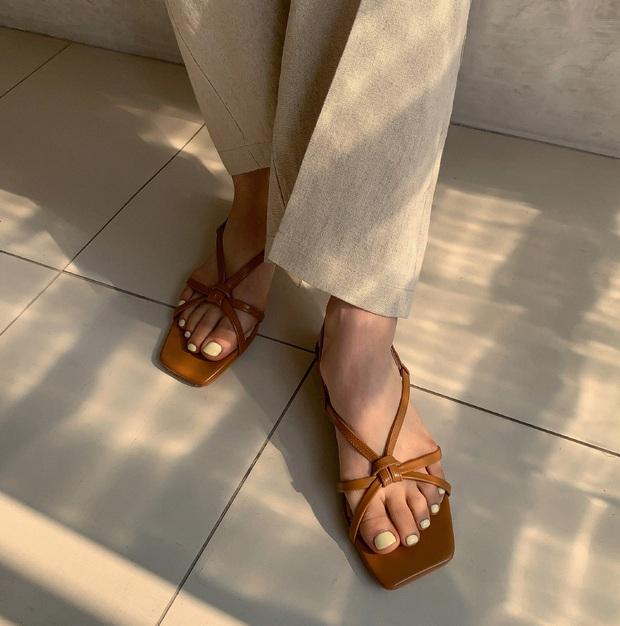 Thiếu đi 5 mẫu giày dép này, style mùa Hè của bạn dự là sẽ bớt đi vài phần sành điệu - Ảnh 11.
