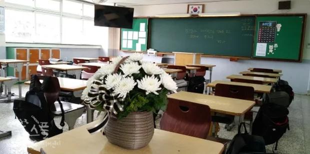 Bị thầy giáo la mắng khi bắt gặp đọc truyện có hình ảnh phụ nữ mặc bikini, nam sinh Hàn Quốc nhảy lầu tự tử từ tầng 5 của trường - Ảnh 2.
