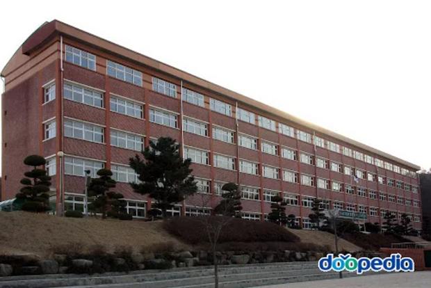 Bị thầy giáo la mắng khi bắt gặp đọc truyện có hình ảnh phụ nữ mặc bikini, nam sinh Hàn Quốc nhảy lầu tự tử từ tầng 5 của trường - Ảnh 1.