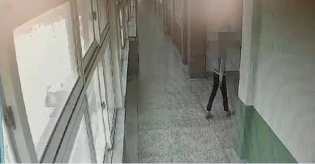 Bị thầy giáo la mắng khi bắt gặp đọc truyện có hình ảnh phụ nữ mặc bikini, nam sinh Hàn Quốc nhảy lầu tự tử từ tầng 5 của trường - Ảnh 4.