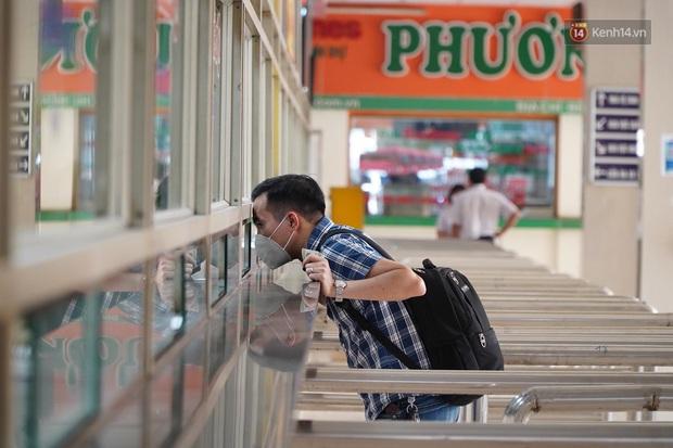 Ảnh: Người dân từ thành phố đổ về quê nghỉ lễ, các bến xe Hà Nội và Sài Gòn đông đúc sau thời gian giãn cách xã hội - Ảnh 15.