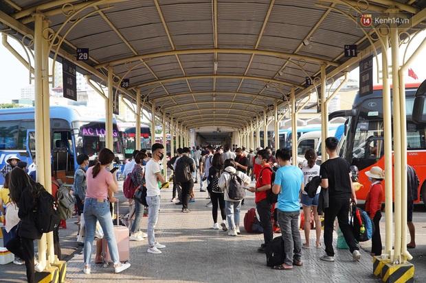 Ảnh: Người dân từ thành phố đổ về quê nghỉ lễ, các bến xe Hà Nội và Sài Gòn đông đúc sau thời gian giãn cách xã hội - Ảnh 13.