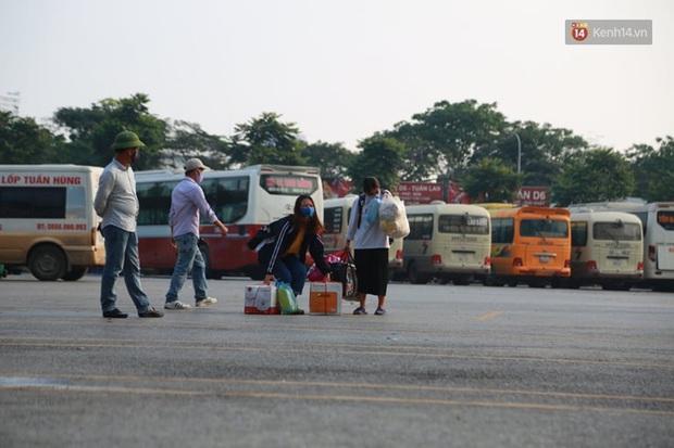 Ảnh: Người dân từ thành phố đổ về quê nghỉ lễ, các bến xe Hà Nội và Sài Gòn đông đúc sau thời gian giãn cách xã hội - Ảnh 6.