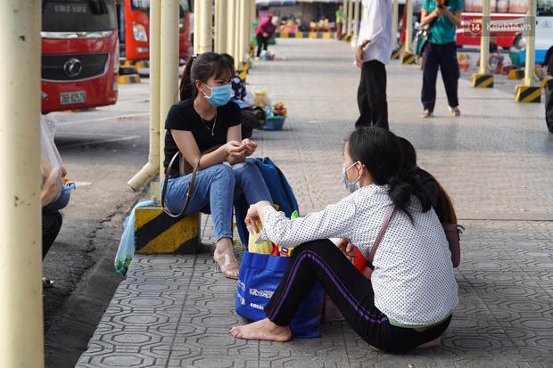 Ảnh: Người dân từ thành phố đổ về quê nghỉ lễ, các bến xe Hà Nội và Sài Gòn đông đúc sau thời gian giãn cách xã hội - Ảnh 16.