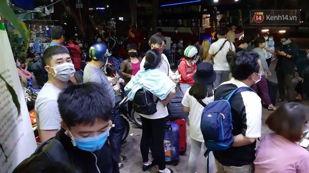 Người Sài Gòn kéo nhau lên Đà Lạt nghỉ lễ, các nhà xe cháy vé, không còn chỗ trống - Ảnh 1.