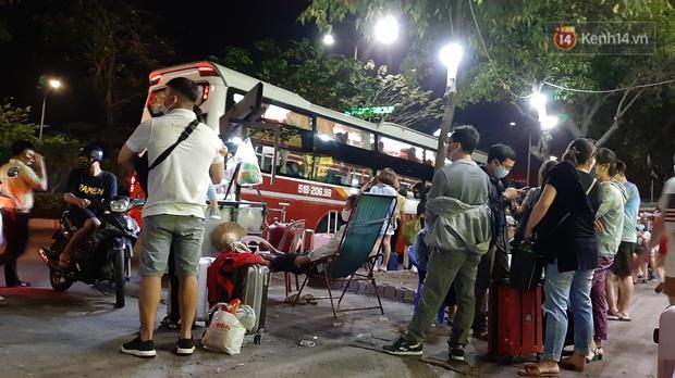 Người Sài Gòn kéo nhau lên Đà Lạt nghỉ lễ, các nhà xe cháy vé, không còn chỗ trống - Ảnh 3.