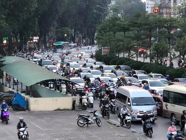 Hà Nội: Nhiều tuyến đường ùn tắc kinh hoàng trong chiều 29/4, một số nhà xe bắt khách giữa đường - Ảnh 13.